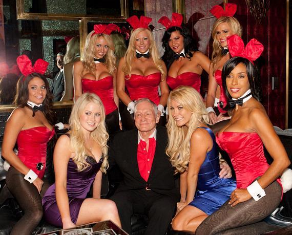 Hugh mit einer Gruppe von Bunnys