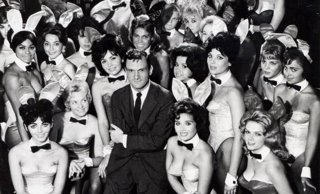 Ein junger Hugh mit seinen Bunnys