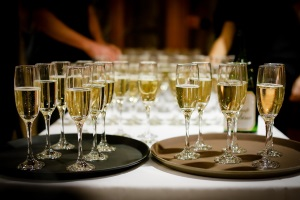 Champanger in Gläsern auf zwei Tabletts auf einem Tisch)